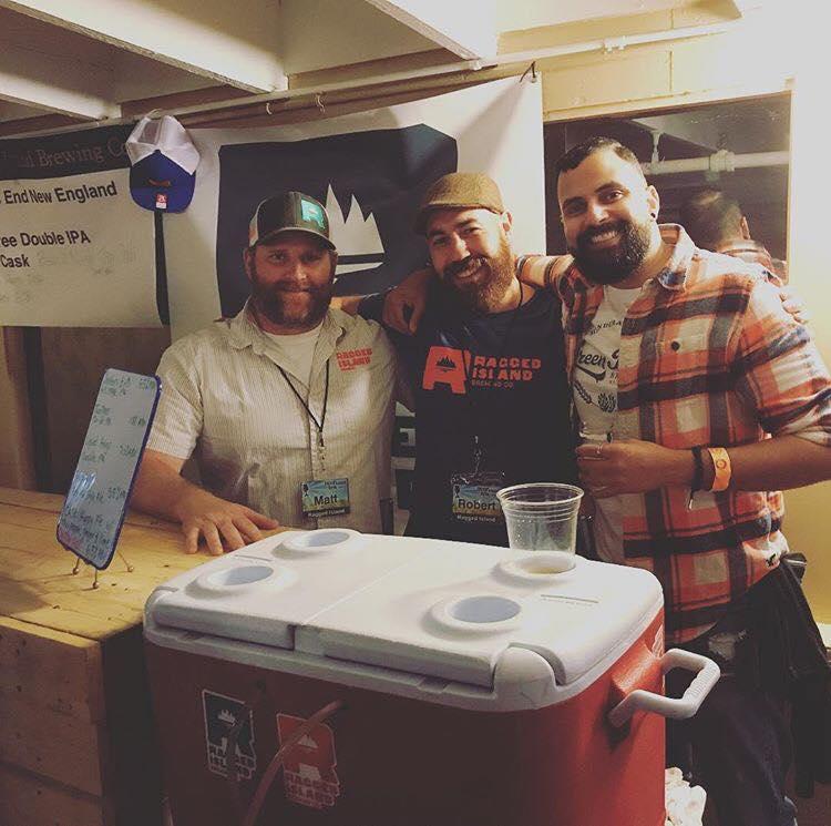 De izquierda a derecha - Matt Gray (socio Ragged Island), Rob DaRosa (brewmaster) y Christian Archeval.