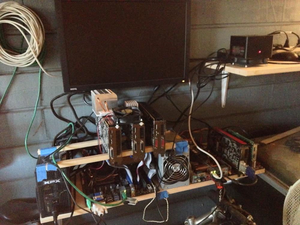 A6 3500, 7970, 2x 5850, 5770 (en til som ikke var tilkoplet på bildet), 5570 og Bitforce SHA256 Single