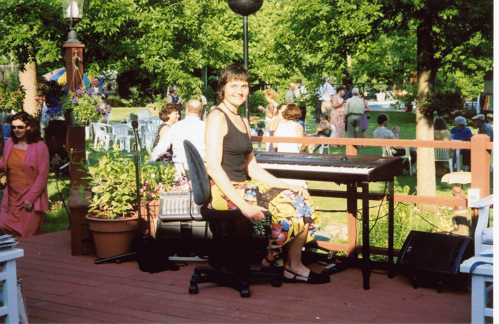 Live piano mjsic for outdoor wedding reception