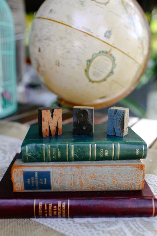 Globe&VintageBooks.png