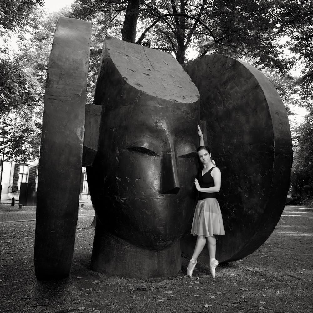 Photo: Zoë Wijnsouw with the Dama de Elche from Manolo Valdés in The Hague, 2010, by Barend Jan de Jong.