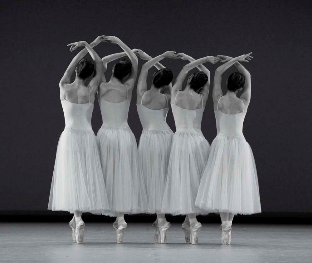 Photo: George Balanchine, Serenade, Ballet Basel, copyright by Gert Weigelt.