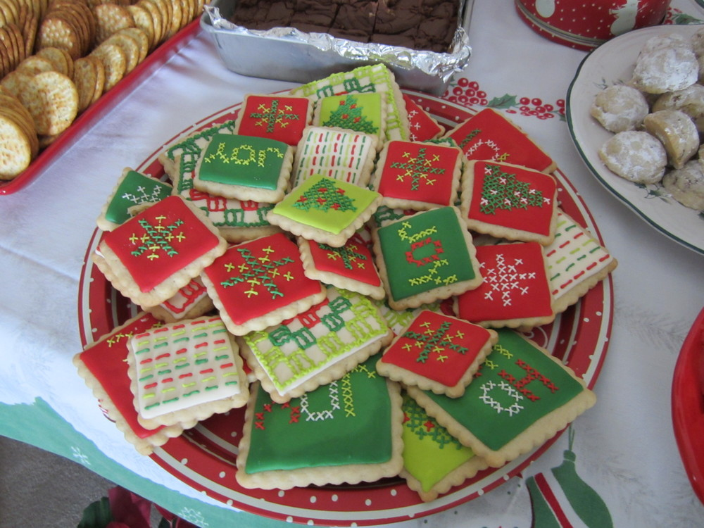 Here's the Christmas Cookies that Amy and I made. I never found time to snap a photo of them let alone post them anywhere! Thank goodness my aunt snapped a picture at our family Christmas.
