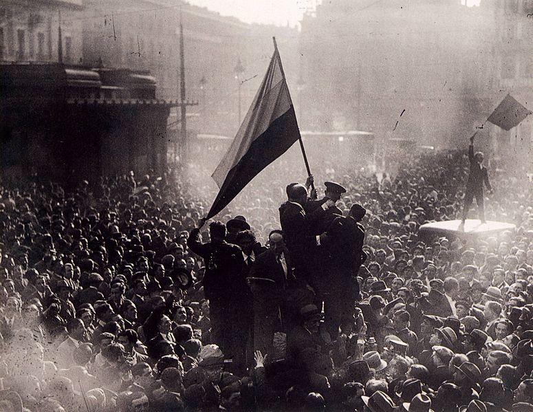Foto de   Alfonso Sánchez Portela el 14 de abril de 1931, muestra la proclamación de la Segunda República Española en la Puerta del Sol de Madrid.