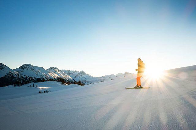 Catching the fresh tracks on Whistler ❄️ #whistlerblackcomb #whistler #ski #skiing #sunrise #mountains #snow #cold #freshtracks #canada #skilife #skibum #light #fun