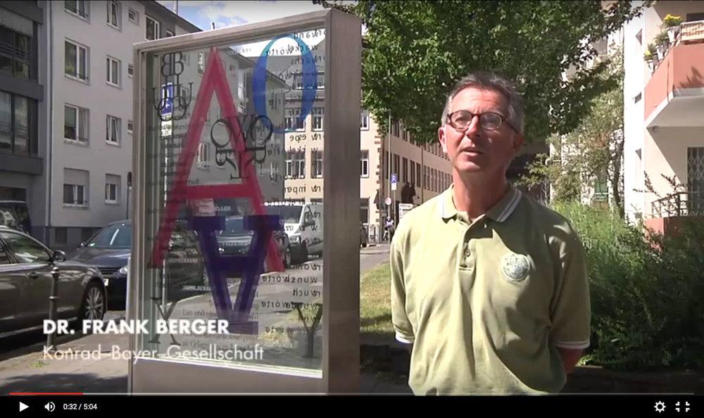 Dr. Frank Berger vor dem Buchmessen-Denkmal von Franz Mon, Buchgasse/Frankfurt am Main