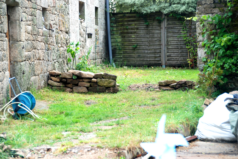 well garden/building site - temp wall to get a feel for the hard landscaping but Hibiscus is where it will live...