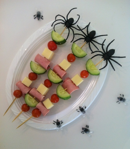 Des brochettes jambon, fromage, tomates, concombres