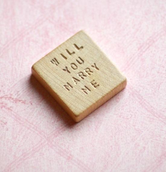 J'aime beaucoup cette idée avec un jeton de Scrabble !