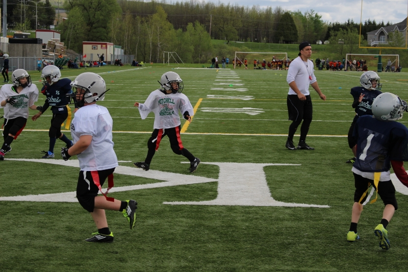 Mon garçon qui joue au touch Football.