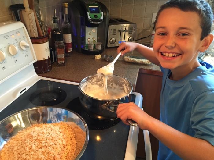 Fiston qui prépare une bonne gâterie ! :-)