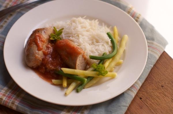 Saucisses et poulet à la sauce tomate