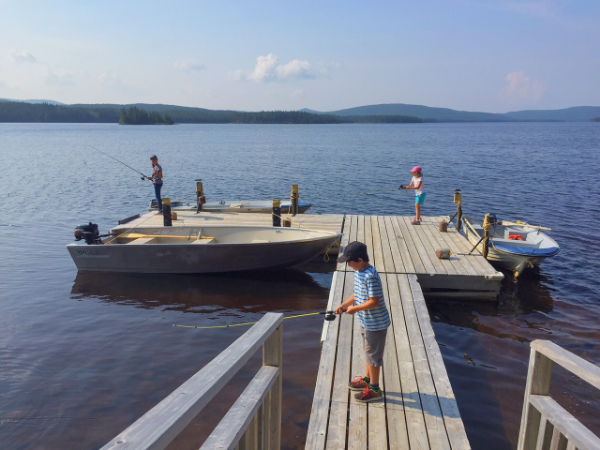 Les enfants qui pêchent sur le quai.