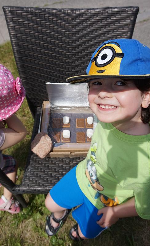 Maman Bricole- #MamanBricole- four solaire-Smores-enfants-kids-collation-expérience-jouer-dehors-fun-été-Je suis une maman