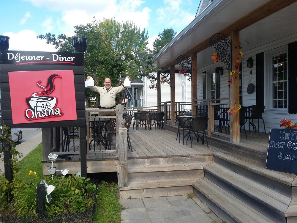 Café Ohana et église du village.jpg
