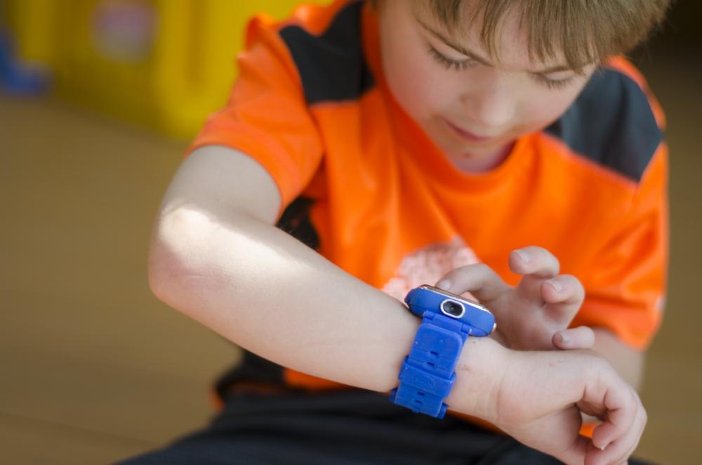 Mon fils est drôlement fier de sa montre!  Photo : Catherine Galarneau