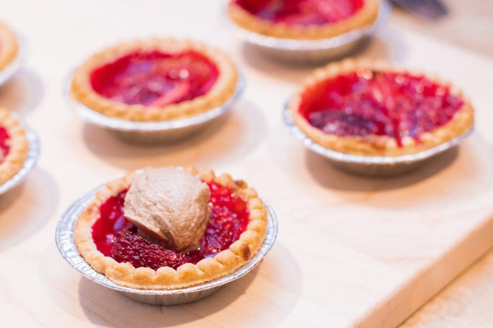 Voici une recette de tartelettes aux fraises qui ensoleillera votre journée (et votre bouche)! Toutes les photos ont été prises par Sébastien Bouchard Photographe