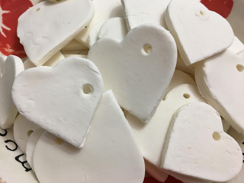 petits coeurs d'argile blanche