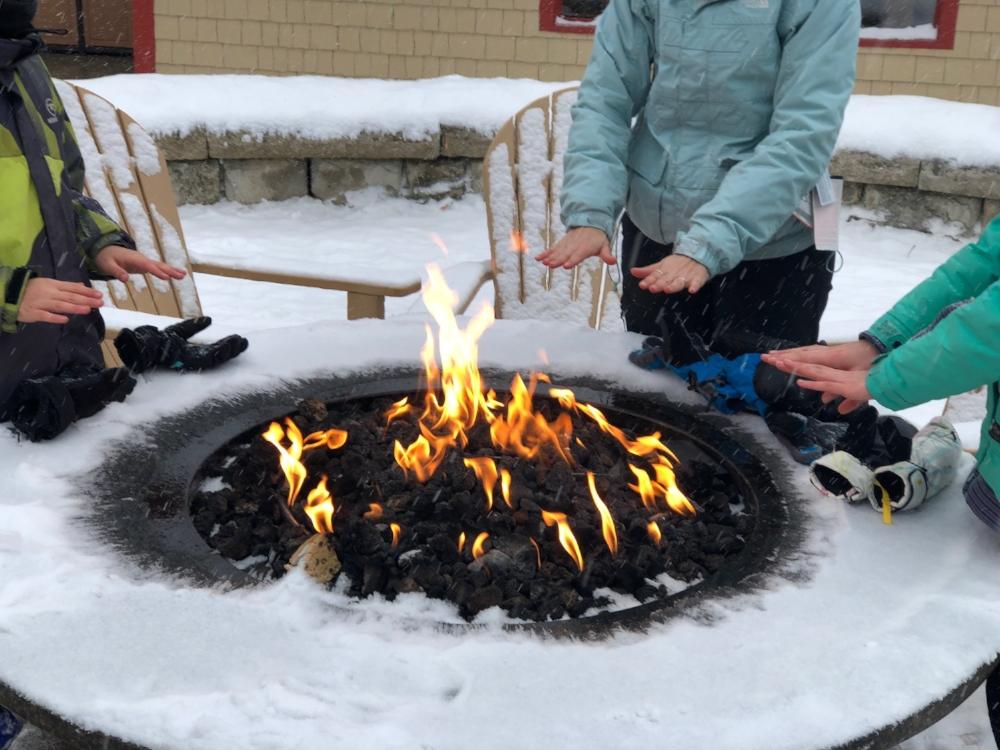 Feu et chocolat chaud-après ski- voyage de ski en famille au Vermont