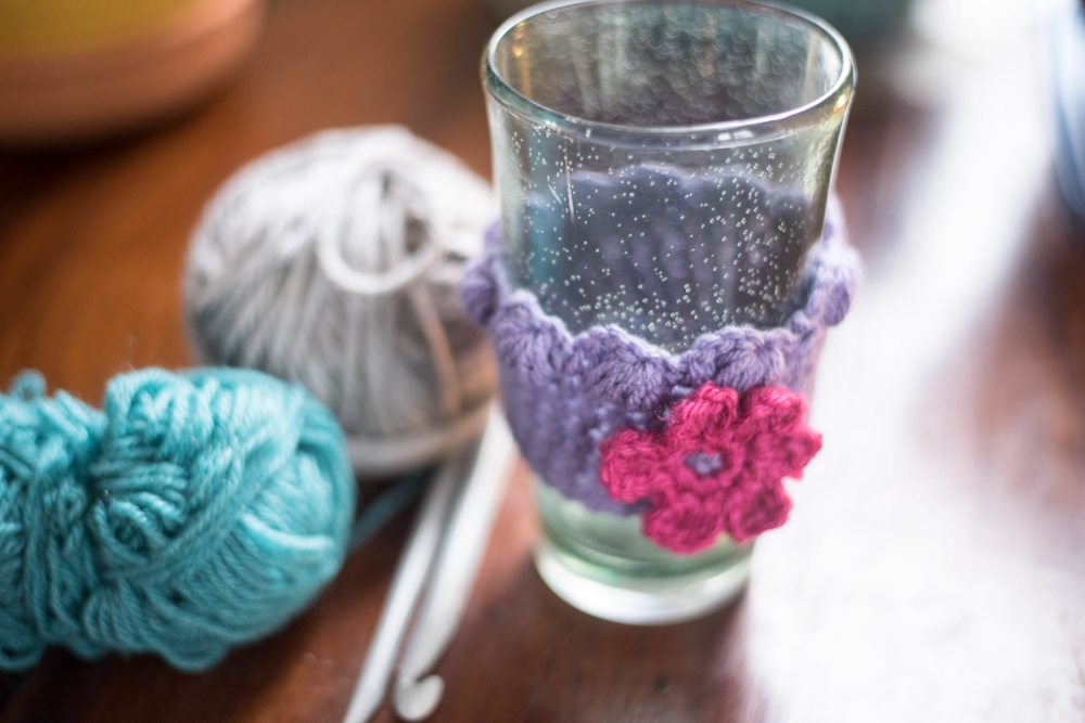 apprendre le crochet-tricoter-nouvelle passion-nouveau talent-passe temps-chapeau-manchon à café-crochet-tricot-pas trop tard pour apprendre-témoignage-Je suis une maman