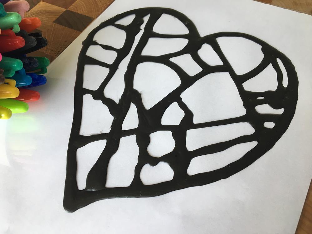 Vitrail-crayons-Sharpie-couleurs-bricolage-fenêtre-brico-DIY-Maman Bricole-#MamanBricole-Je suis une maman-motricité fine-cadeau fête des Mères-jouer-enfants