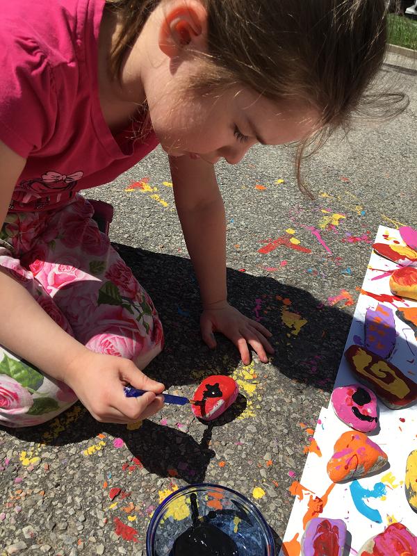 Un caillou à la mer-Maman Bricole-#MamanBricole-roches-peindre des roches-semer des mots doux-plage-idées-activité-suggestion-Brico-plaisir-Je suis une maman