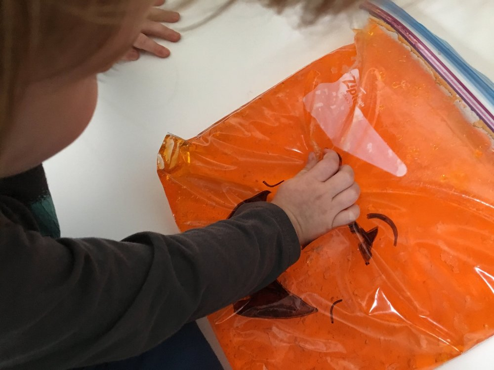 matériel- sac sensoriel-activité d'Halloween-jouer-manipuler-manipulation-toucher-bébé-halloween-31 octobre-Activité-famille-Enfants-Je suis une maman