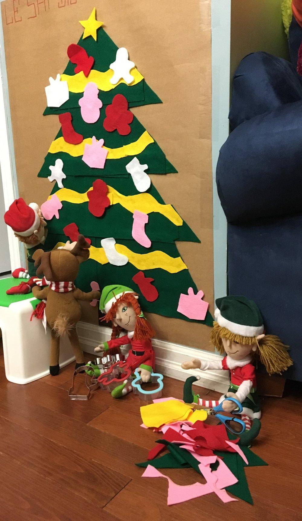 sapin velcro- manipulation bébé-motricité fine-Noël-Brico-Jeu-Temps des Fêtes-solution-jouer-MamanBricole-#mamanBricole-Je suis une maman