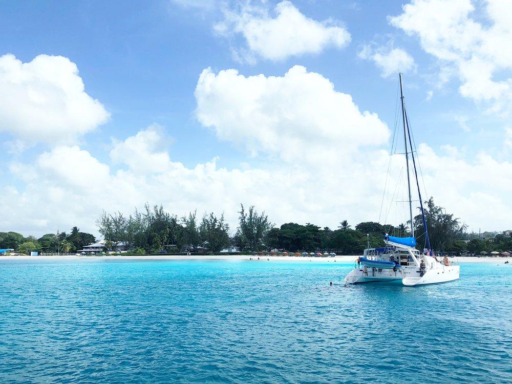 anecdote de voyage-barbades-Voyage-enfants-rire-plaisir-catamaran-Je suis une maman