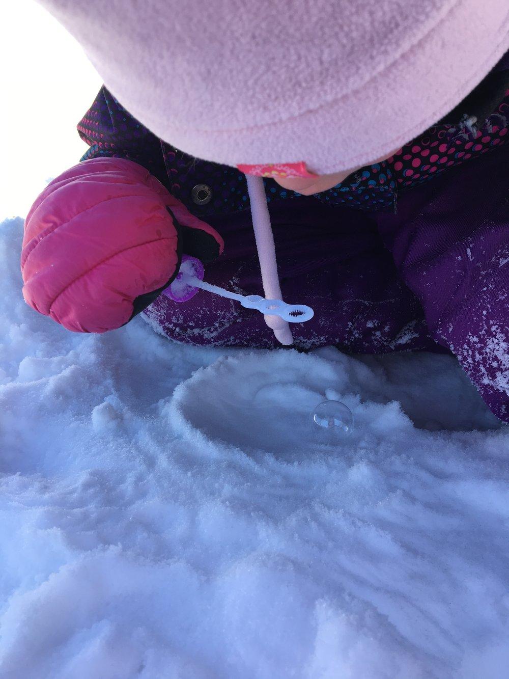 bulles givrées- faire des bulles dehors l'hiver-activité-hiver-enfant-froid-MamanBricole-#MamanBricole-jouer dehors-Je suis une maman