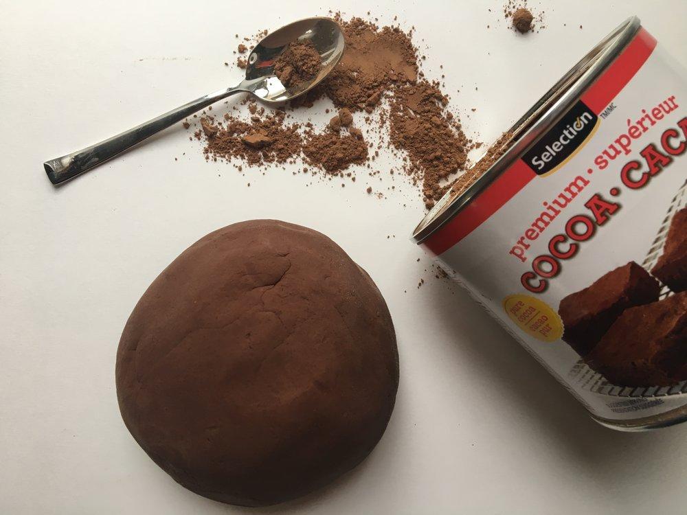 pâte à modeler chocolatée-chocolat-cacao-pâte à modeler-manipuler-jouer-Pâques-Activités-enfants-jeunes-famille-MamanBricole-#MamanBricole-Je suis une maman