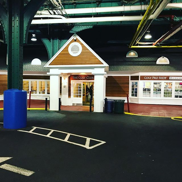 A flippin' golf clubhouse in a multi-story carpark #onlyinamerica #golfclub #golf #manhattan #newyorkcity 🗽🤠