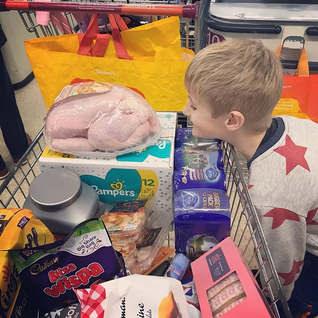 On what planet does staring at a chickens anus make sense? 🐓 🍩  #kidsarestrange #weird #stuffkidsdo #daddydaycare #hethinksitsfunny