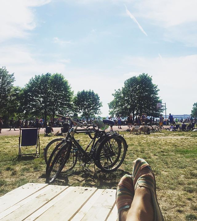 When it's gorgeous out but you can be there cuz of your insane allergies 😢😢 #spring #park #parklife #vsco #vscocam #lifestyledesign #berlin #neukölln #digitalnomad #igtravel #instatravel #sun #tempelhoferfeld #tempelhof #germany #nomad #feet #kreuzberg #bicycle