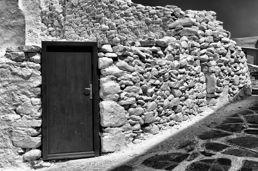 Ancient Paraportiani, Mykonos, ruined by a decidedly un-ancient door and handle. 35mm Summicron, f/8 at 1/3000th, 320 ISO (photo Mike Evans)