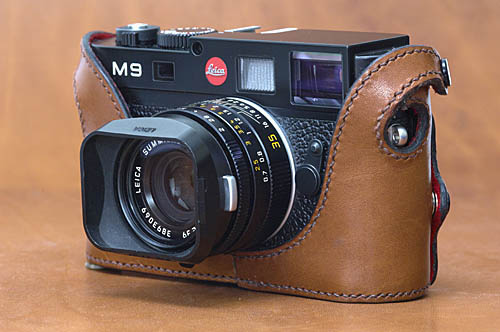 Paul Glendell's design ensures that the leather fixing straps extend over the top end edges of the camera to provide protection at these vulnerable points.