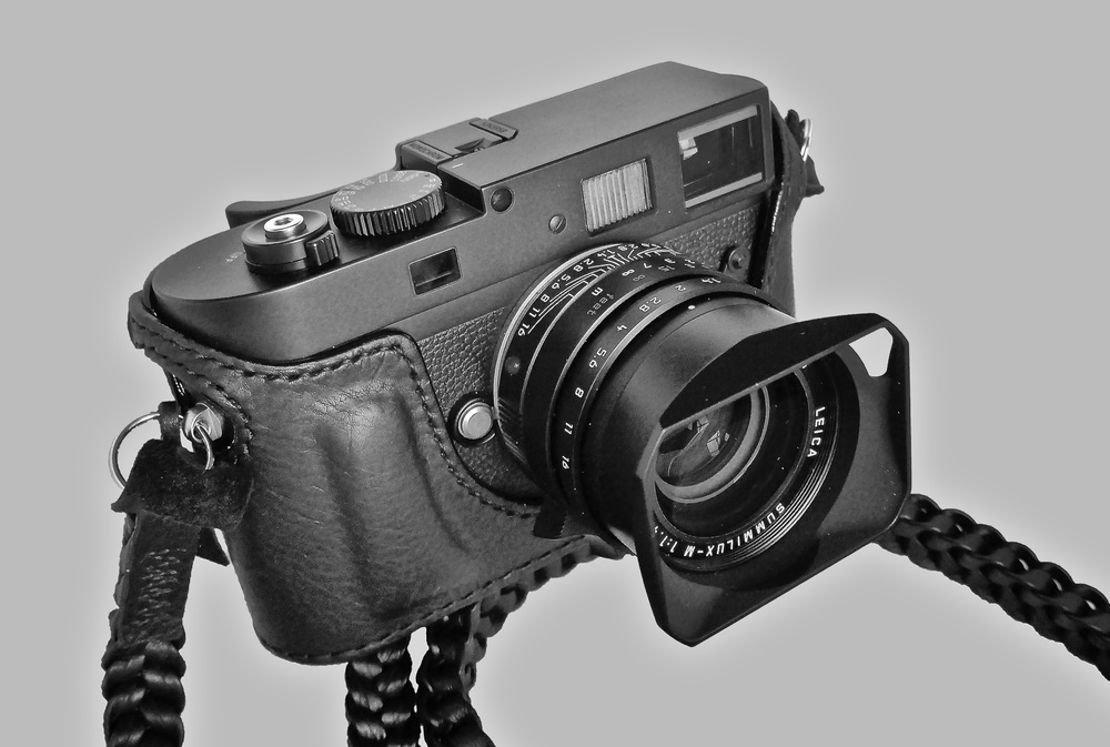 The front view of my Monochrom with Arte di Mano case, Thumbs Up grip and Barton Braided strap. Stealth on a stick (photo Leica C)