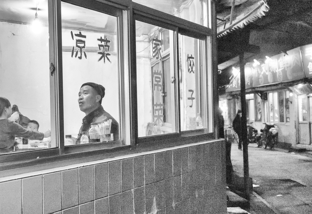 A 3.5-6.4 zoom wouldn't be a natural choice for night street photography. But the Leica's impressive sensitivity―here  using f/5 at ISO 5,000 ―helps bring home the dumplings
