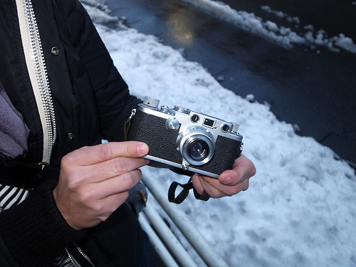 Old film cameras are booming in Japan. This picture from the wonderful web site ,   Japancamerastyle.com   illustrates a Leica IIIf with 35mm f/3,5 Summaron in Tokyo's   Ginza district.