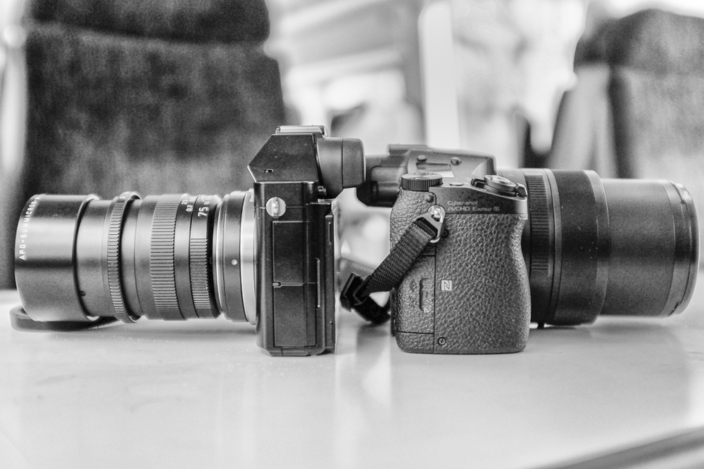 Two cameras with 75mm focal length: On the left, the Sony A7r is equipped with a manual Leica 75mm APO-Summicron prime lens while the RX10, on the right, incorporates a 24-200mm auto-focus zoom. For comparison purposes the RX10 lens is extended to 75mm.