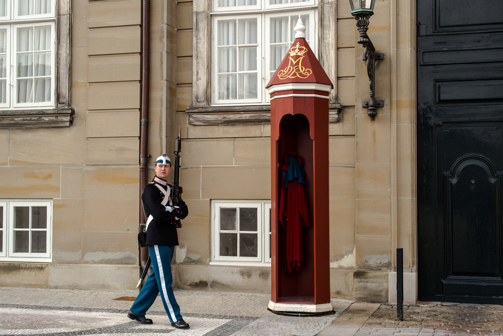 Only slim soldiers need apply for the royal guard (Den Kongelige Livgarde) at Amalienborg Palace, Leica M, 50mm Summilux