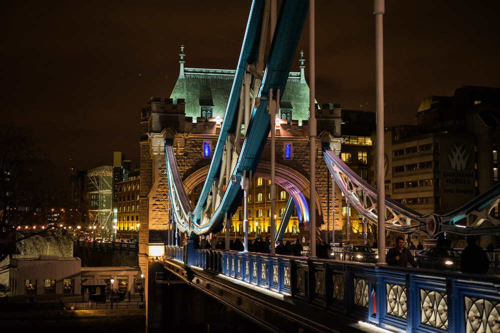 Tower Bridge as night falls: Sony A7II and Leica 50mm Apo-Summicron ASPH taken at f/4, 1/60s and ISO 1600