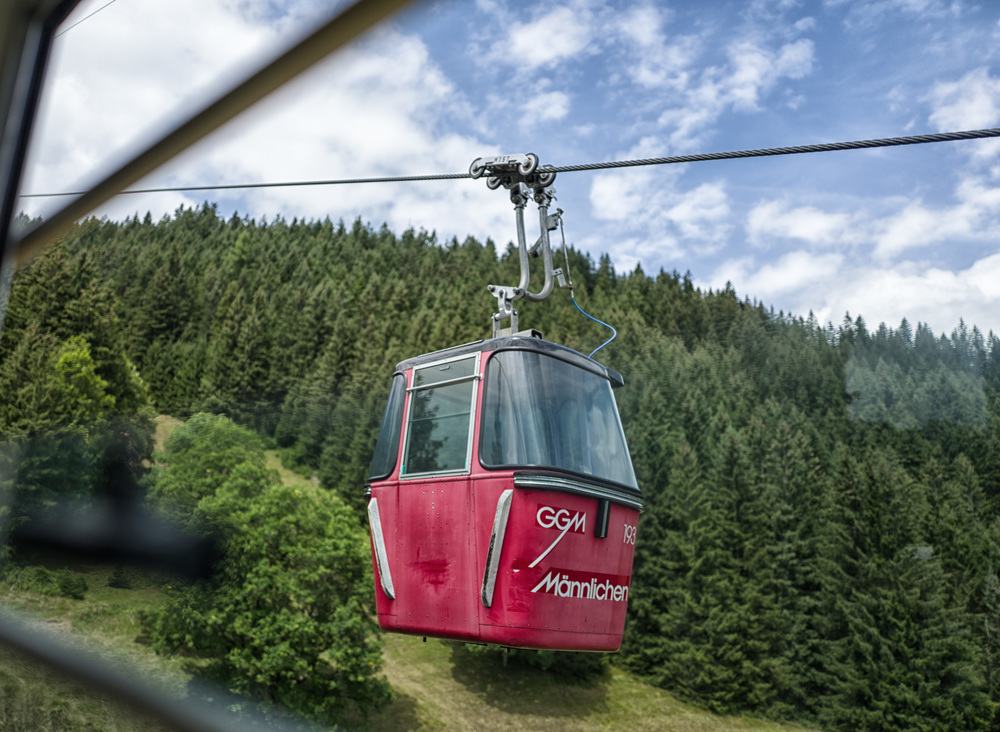 The Q's quick autofocus perfectly captured the downward gondola from the up car at converging speed on the Männlichen Gondolbahn