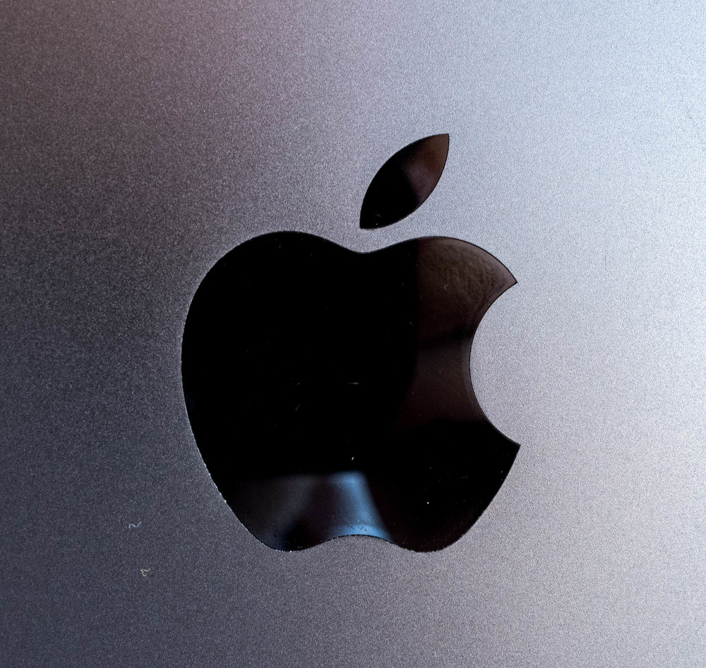 Apple logo goes glossy black, no backlight