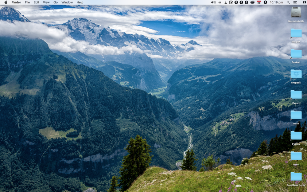 The retina screen of the MacBook is brilliant, all you could wish for. Here my MacBook displays one of the Swiss Alps shots from last month