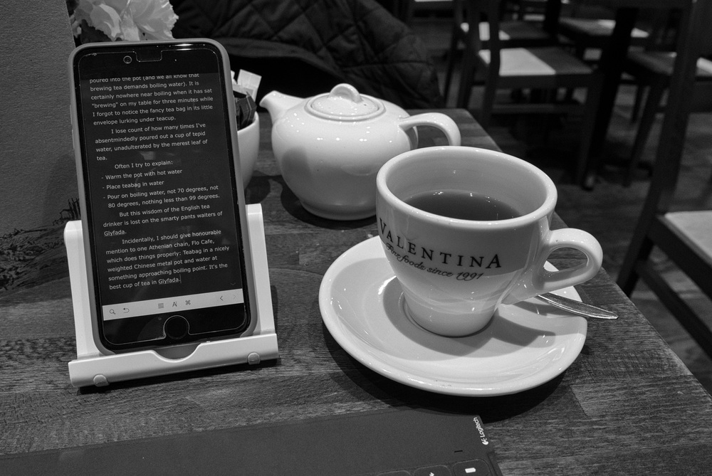 The way it should be done: Tea in the pot instead of under the saucer. This is back in London where they know a thing or two about making a cuppa. And look at the first draft of this article in Ulysses on the iPhone 6 Plus (Photo Leica D-Lux)