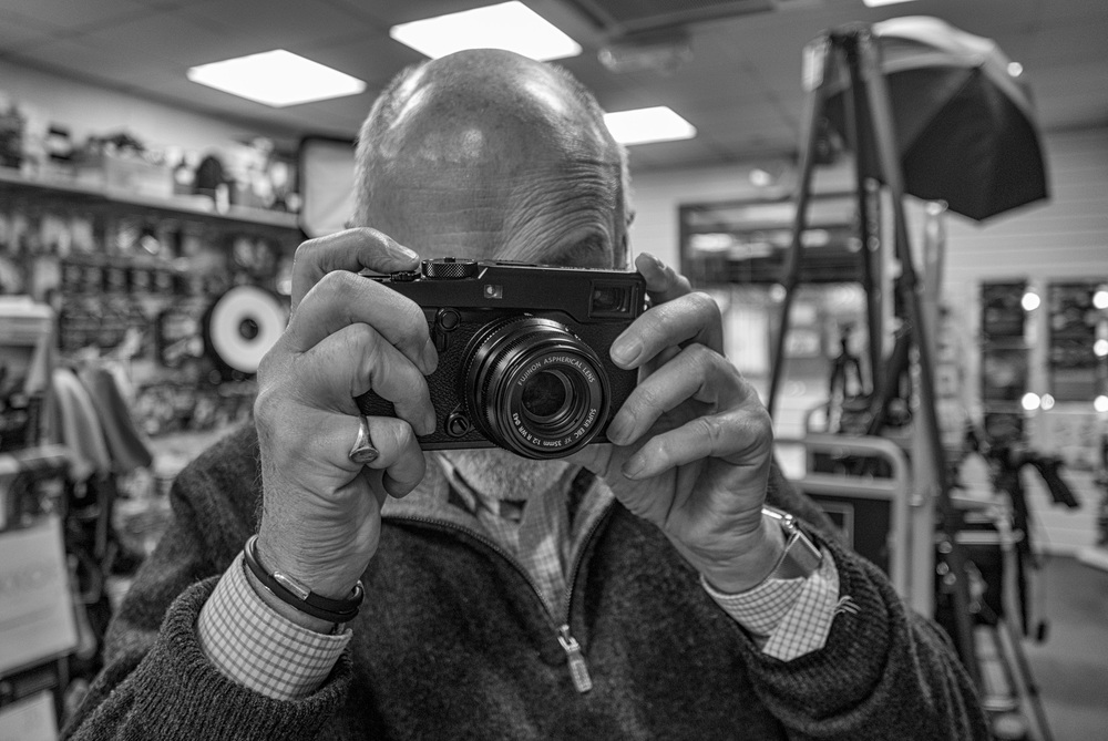 The new Fuji X-Pro2 with the tapered retro 35mm f/2 looks more Leica than Leica, at least in the APS-C category. Here it is pre-launch at a leading Fuji dealer in London (Photo Leica D-Lux)