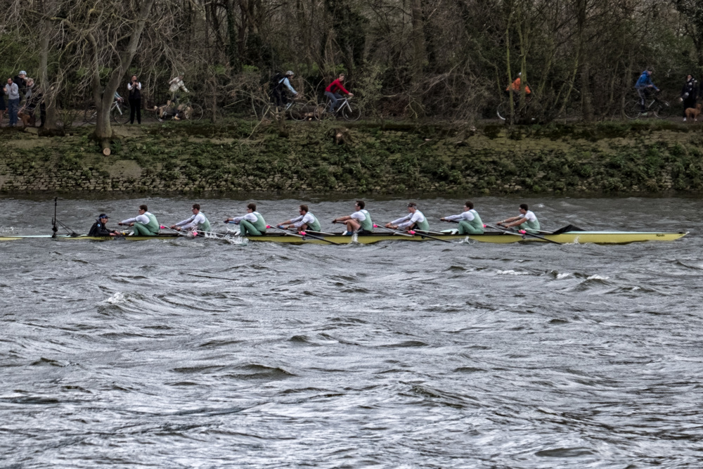 The winning team, Cambridge, hugging the Surrey bank in choppy waters, power ahead of Oxford (f/5.3@1/240s, ISO 200, 66mm)