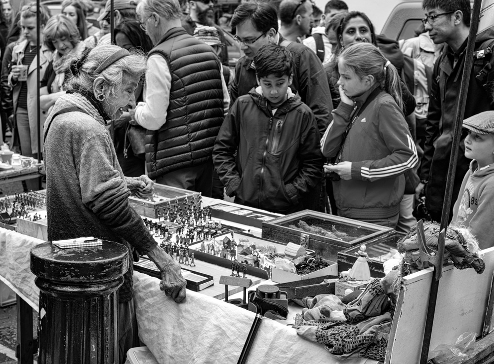 The old lady and her toy soldiers in Portobello Road:Leica SL and 50mm Zeiss Sonnar f/1.5 at f/5.6