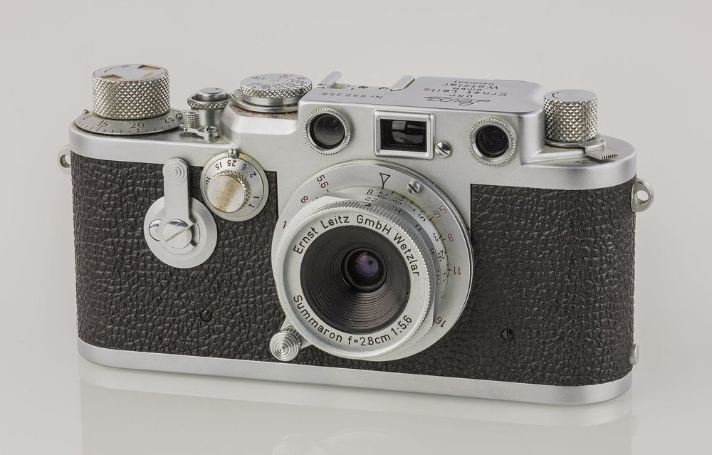Screw-mount cameras, such as this red-dial IIIf from 1954 (note the f/5.6 Summaron which has just been reincarnated by Leica) and the IIIg, introduced in 1957, carried on the LTM system six years into the reign of the new M3. But by 1960 interest was waning and the M3 had entrenched its place in history. So what to do with all those screw lenses? The Leica Turret was a brave attempt to show the way (Photo © Kameraprojekt Graz 2015 / Wikimedia Commons)